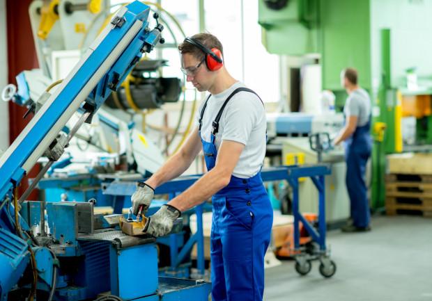 Czy pracodawca może oddelegować pracowników biurowych do pracy przy maszynach?
