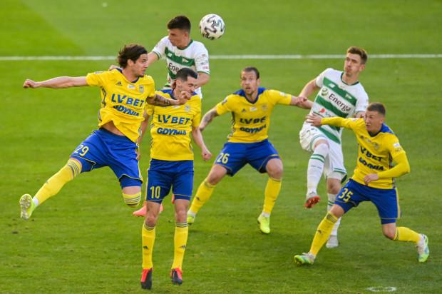 Arka Gdynia (żółto-niebieskie stroje) nie będą już rywalizować z Lechią Gdańsk (biało-zielone stroje) w ekstraklasie. Jedyną możliwością do spotkania w najbliższym sezonie będzie Puchar Polski.