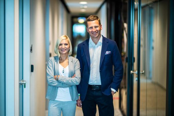 7N szuka przede wszystkim osób, które chcą się związać na dłuższy czas z firmą kontraktorską. Na zdjęciu Magdalena Hennig, szefowa gdańskiego oddziału 7N i Grzegorz Pyzel, wiceprezes 7N w Polsce.