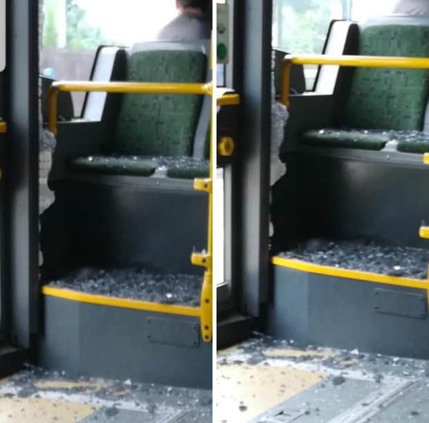 W czasie jazdy autobusu rozbiła się szyba przy drzwiach, raniąc pasażera.