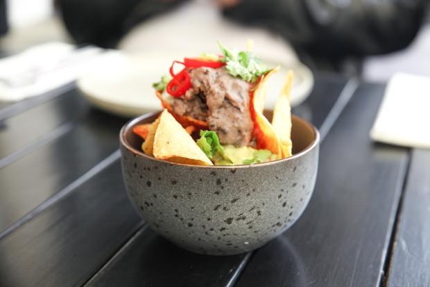 Czekadełko: nachosy z salsą pomidorową i pastą fasolową.