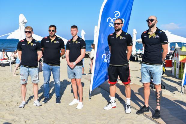 Niektórzy koszykarze i trener Trefla Sopot uczestniczyli w plażowej prezentacji Trefla Gdańsk, a także oba kluby trenują w tym samym obiekcie. Wszystkie testy w ekipie Marcina Stefańskiego (drugi z lewej) są negatywne.
