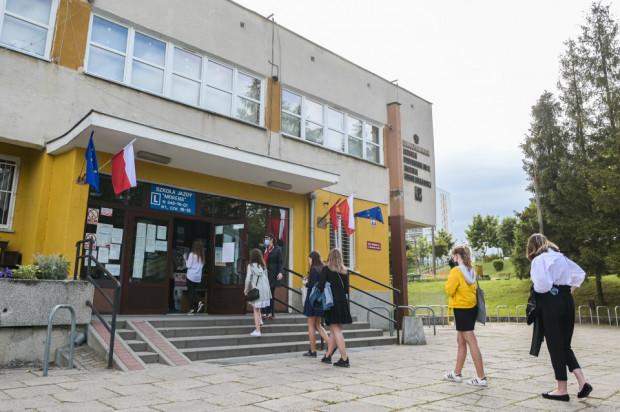 Ostateczna decyzja o powrocie do szkoły zapadnie na tydzień lub dwa przed 1 września.