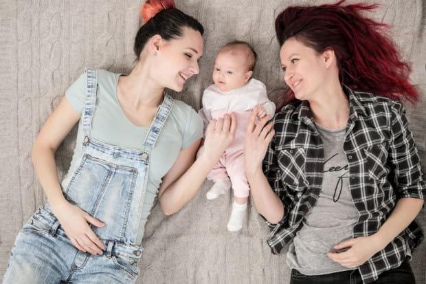 Dziewczynka, w której akcie urodzenia wpisano dwie kobiety jako jej matki, uzyskała w Gdańsku dowód osobisty. Wcześniej wydania takiego dokumentu odmówili urzędnicy we Wrocławiu. Zdjęcie nie przedstawia bohaterek artykułu.