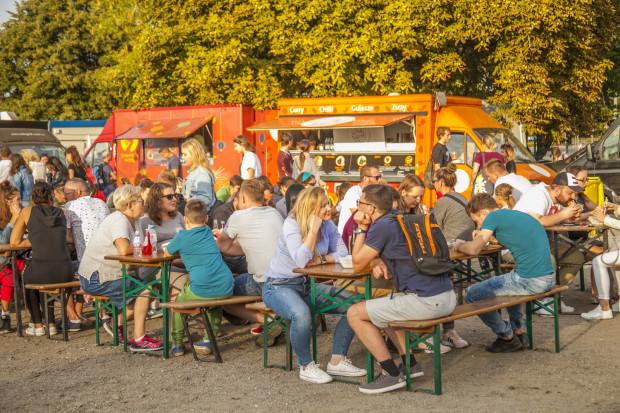 """Festiwal Smaków Food Trucków pod hasłem """"Zapuść żurawia na stocznię"""" organizuje w Doku Cesarskim wydarzenie, na którym poza kulinariami, znaleźć będzie można wiele innych atrakcji."""