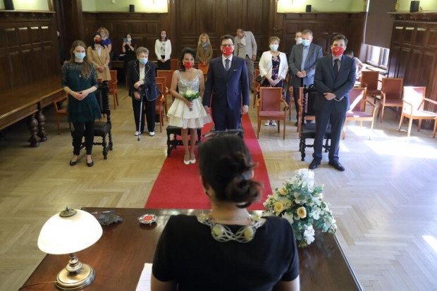 Ślub udzielany w Gdańsku, w czasie pandemii. Nasi czytelnicy zwracają uwagę, że limity osób w Urzędach Stanu Cywilnego nie mają sensu, skoro później wszyscy w większym gronie spotykają się na weselu.