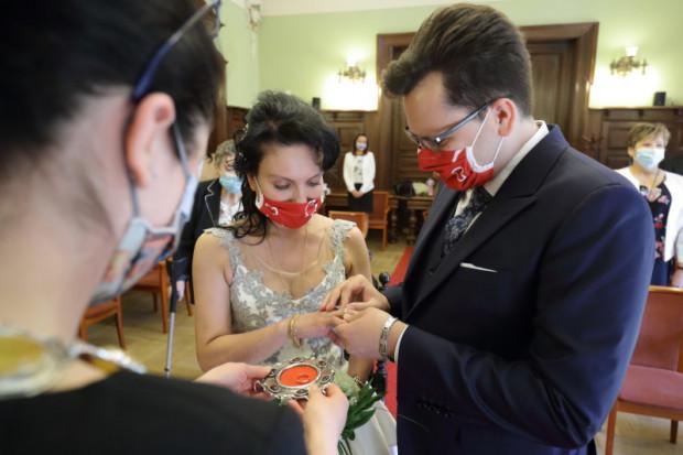 Nadal istnieje obowiązek zakrywania maseczką ust i nosa w budynkach użyteczności publicznej, w tym w USC. Wyjątkiem jest para młoda, która podczas zawierania małżeństwa może, ale nie musi, na sali ślubów zdjąć zakrycie.