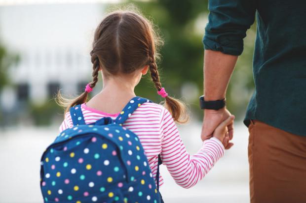 300 zł przysługuje nieżalenie od dochodu na każde uczące się w szkole dziecko, aż do ukończenia przez nie 20. roku życia.