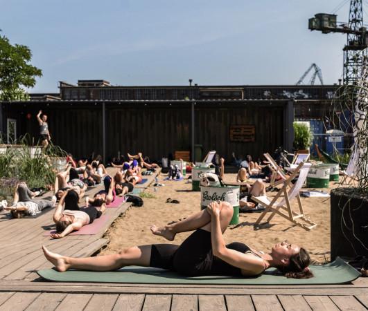 W każdą sobotę w godz. 12-13 odbywa się joga na 100czni.