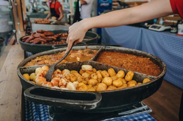 Standardowe jarmarczne przysmaki znajdziemy w każdej strefie gastronomicznej.
