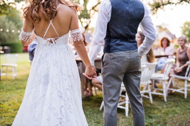 Nie ma możliwości ominięcia procedur związanych z wydaniem pozwolenia na ślub w plenerze. Ten temat precyzują zapisy ustawy i rozporządzenia.