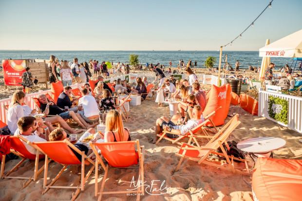 W barach plażowych można zjeść, wypić, potańczyć i posiedzieć ze znajomymi, czasem aż do rana.