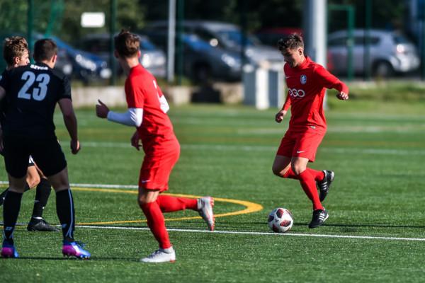 Sopocka Akademia Piłkarska (czerwone stroje) w ubiegłym sezonie minimalnie otarła się o awans do IV ligi. W nadchodzących rozgrywkach cel piłkarzy pozostał niezmieniony.