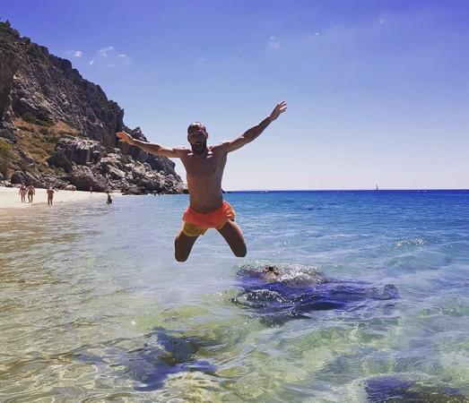 Flavio Paixao na plaży w Portugalii.