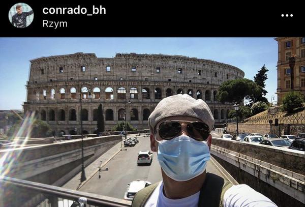 Conrado w Rzymie z maseczką...