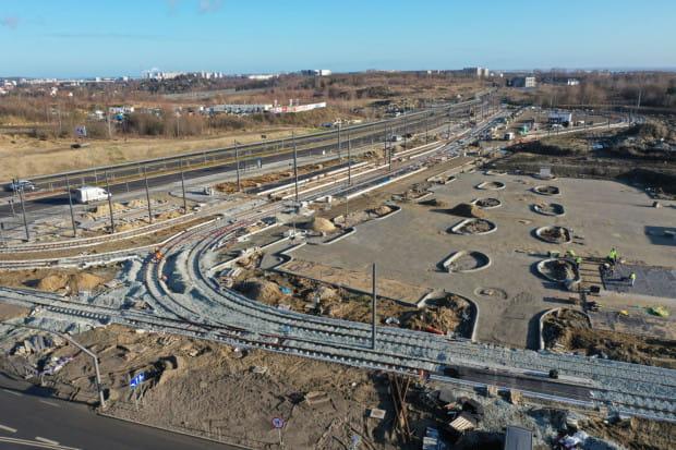 Węzeł integracyjny, który połączy al. Adamowicza z Nową Warszawską. Zdjęcie pochodzi ze stycznia 2020, a więc jeszcze sprzed oddania linii tramwajowej między Moreną a Szadółkami.