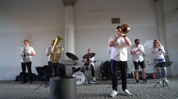 Jednym z najpopularniejszych zespołów występujących przy Zielonej Bramie jest DownTown Brass, który wg najnowszych przepisów, nie może już wrócić do tej lokalizacji. Uliczni grajkowie nie mogą też koncertować pod Dworem Artusa, Ratuszem Głównego Miasta i Domem Uphagena.