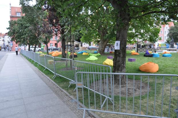 W parku Świętopełka barierki zostały ustawione po to, by kontrolować liczbę osób w pobliżu małej sceny.