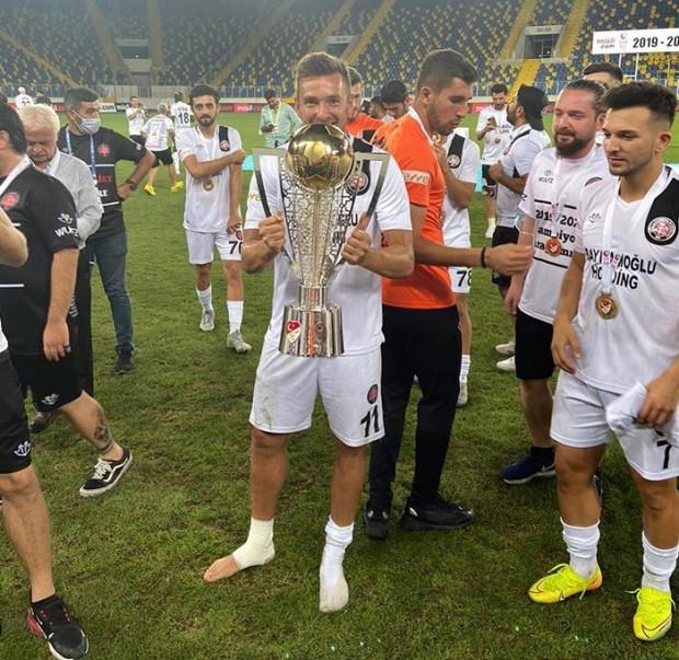 Artur Sobiech w sezonie 2018/19 zdobył bramkę, która zapewniła Lechii Gdańsk Puchar Polski i nagrodę w wysokości 3 mln zł. Teraz grając w Turcji, zarobił dla biało-zielonych jeszcze 200 tys. euro dzięki klauzuli zawartej w umowie transferu do Fatih Karagumruk.