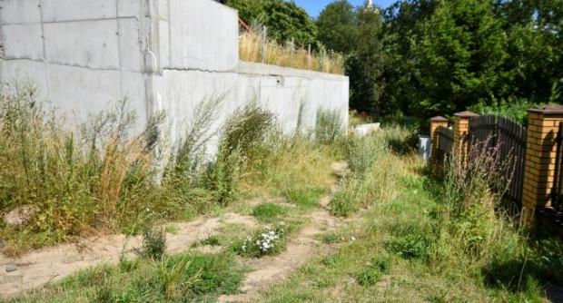 A do ul. Arciszewskich poprowadzą schody utworzone w miejscu wydeptanej ścieżki.