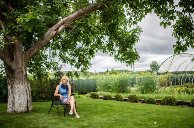 Ten orzech pamięta moje pieluchy. Kiedy budowałam tu dom na swoje 50 urodziny, który był spełnieniem moich marzeń, to zrobiłam wszystko, aby ocalić to drzewo - mówi Zofia Zienkiewicz. A pod orzechem dobrze się myśli i odpoczywa.