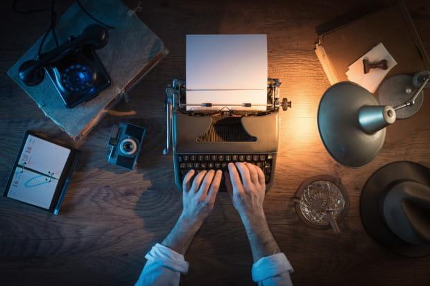 Wydawać by się mogło, że oczywistym miejscem pracy pisarza jest własny gabinet albo chociaż kąt z pięknym biurkiem. Nic bardziej mylnego.