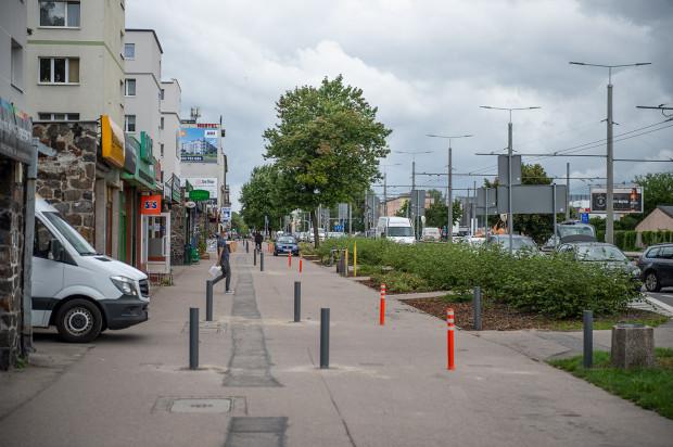 Słupki na chodniku uniemożliwiające wjazd samochodów przy ul. Morskiej w Gdyni pojawiły się w tym tygodniu.