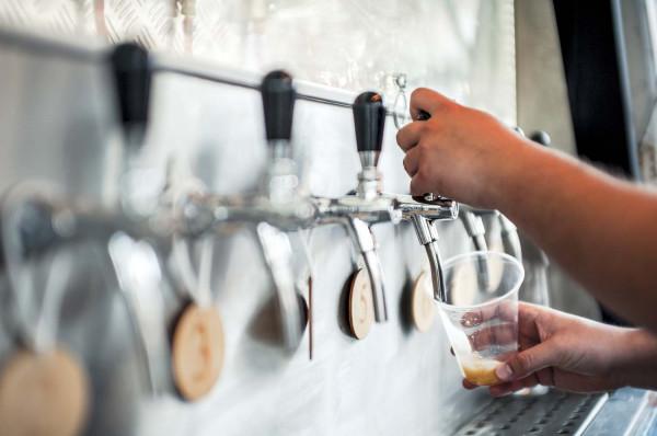 Każdy porządny multitap wyposażony jest nie tylko w szklanki do piwa o różnej pojemności, ale i 50-mililitrowe kieliszki do degustacji. Warto porozmawiać z barmanem o swoich preferencjach i spróbować kilku porcji. W większości miejsc próbki są darmowe.