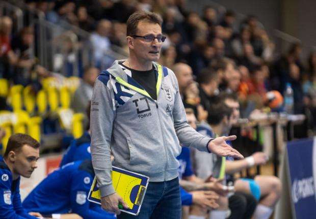Torus Wybrzeże Gdańsk szykuje się do kolejnego sezonu w PGNiG Superlidze. Podopieczni trenera Krzysztofa Kisiela (na zdjęciu) rozpoczęli sparingi od remisu.