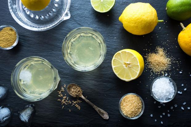Pyszny napój izotoniczny możemy także sami przygotować w domu, mieszając wodę z sokiem z cytryny, dodając miód i szczyptę soli.
