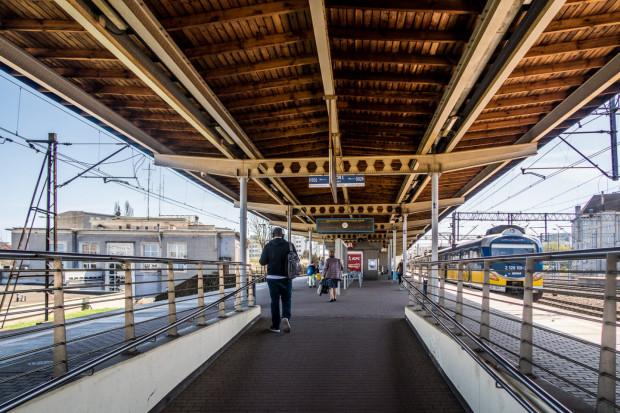 Inwestycja obejmuje m.in. remont peronu SKM i budynku Dworca Podmiejskiego, który jest widoczny po lewej stronie.