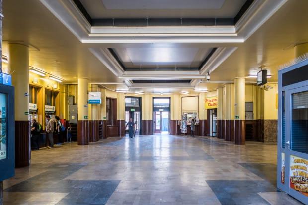 Wnętrze Dworca Podmiejskiego Szybkiej Kolei Miejskiej w Gdyni