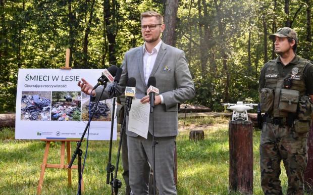 - Mam złą wiadomość dla zaśmiecających nasze lasy, którzy czuli się dotąd bezkarni - powiedział minister środowiska Michał Woś, zapowiadając zaostrzenie kar.
