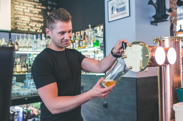 Barman w multitapie nie jest przypadkowym nalewaczem piwa. To człowiek, który dobrze zna swoją ofertę, orientuje się w piwnych stylach i potrafi o nich opowiadać.