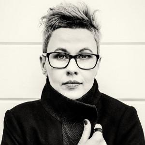 """Karolina Macios to autorka pochodząca z Trójmiasta. Jej thriller """"Czarne morze"""" rozgrywa się częściowo w Gdyni."""