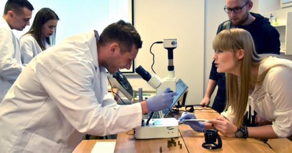 Studenci WSAiB zdobywają umiejętności podczas warsztatów w laboratorium kryminalistycznym.