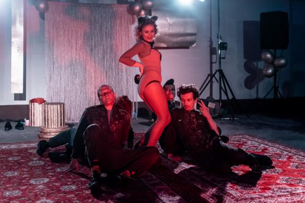 """Przedstawienie """"PeKiN"""" Teatru Papahema i Teatru Żydowskiego zawiera szereg anegdot z życia Pałacu Kultury - m.in. z pierwszego striptizu w Polsce i podszytych pieprzykiem występów estradowych."""