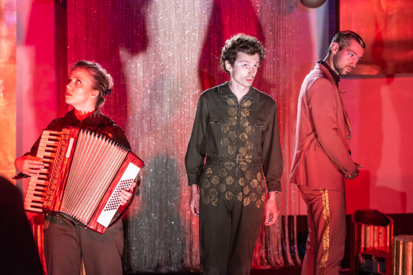 Spektakl jest bardzo dobrze zagrany przez szóstkę aktorów z Białegostoku i Warszawy. Najwszechstronniej zaprezentował się Mateusz Trzmiel (w środku).