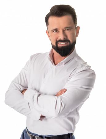 """Reżyser spektaklu, Tomasz Podsiadły, potraktował motyw przewodni """"Rewii..."""" - lata międzywojenne, nie tylko jako kierunek muzycznych poszukiwań, ale też jako punkt wyjścia do zbudowania nastroju przedwojennego klubu z dancingiem."""