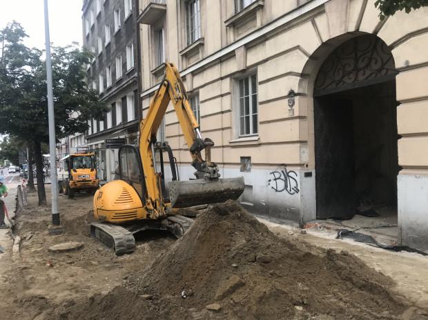 """Po drugiej stronie 10 Lutego trwają z kolei prace zlecone przez firmę Moderna związane z remontem elewacji budynku """"Banku Polskiego""""."""