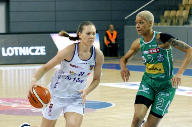 Kateryna Rymarenko (z lewej) w ostatnim sezonie w Artego Bydgoszcz zdobywała średnio 9,1 punktu i miała 3,6 zbiórki.