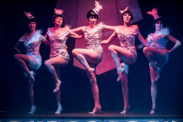"""""""Rewia - lata 20., lata 30"""" to propozycja pełna żywiołowego tańca i pamiętnych piosenek sprzed lat w bardzo dobrym wykonaniu. Usłyszeć można 17 najbardziej znanych i charakterystycznych dla okresu przedwojennego przebojów."""