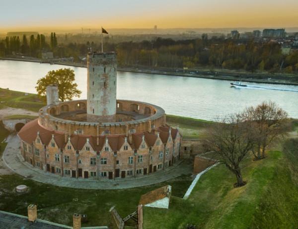 W okresie nowożytnym Twierdza Wisłoujście nazywana była Bramą do Rzeczypospolitej. Imponująca fortyfikacja chroniła statki w drodze do portu gdańskiego.