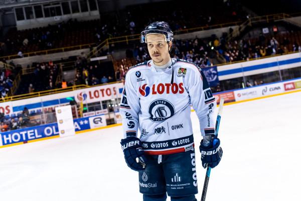 """Jakub Stasiewicz to kolejny hokeista, który po rozwiązaniu Lotosu PKH Gdańsk podpisał umowę ze Stoczniowcem. Nadal będzie więc występował na tafli w """"Olivii""""."""