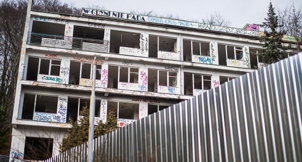 Budynek opuszczonego sanatorium z łatwością wypatrzymy z plaży przy molo w Orłowie. Znajduje się na niewielkim wzniesieniu.