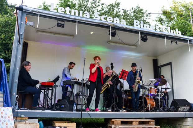Letnia Scena Blues Clubu w parku Kolibki rozstawiona jest na świeżym powietrzu. Publiczność może posłuchać koncertu na leżakach, do dyspozycji jest także bar.