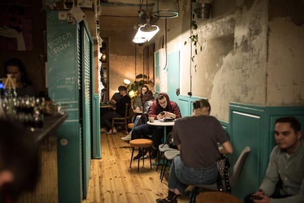 Lokali, które oferują nie tylko smaczną kawę, ale też klimat, jest w Trójmieście sporo. Na zdjęciu: Leń w Gdańsku.