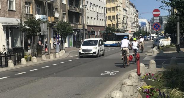 Rowerzyści pojawili się w większej liczbie na ulicy, choć wielu nadal wybiera jazdę chodnikiem.