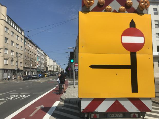 Na wjeździe na Świętojańską zamontowano tablicę zakazującą wjazdu samochodom.