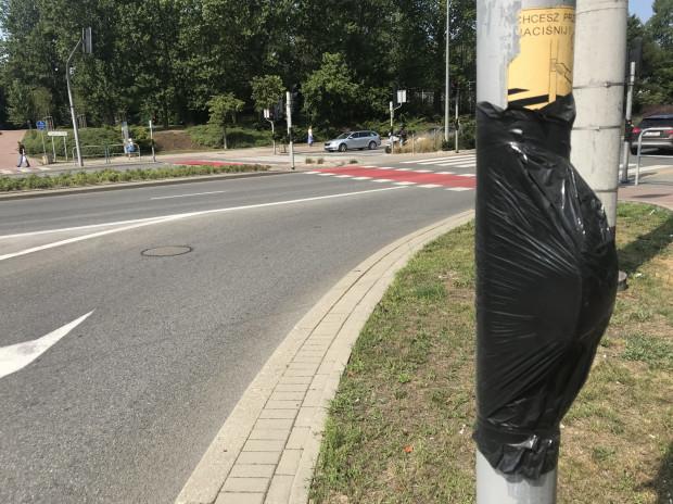 Zdaniem wielu kierowców, zakryte folią przyciski dla pieszych powinny znów działać.